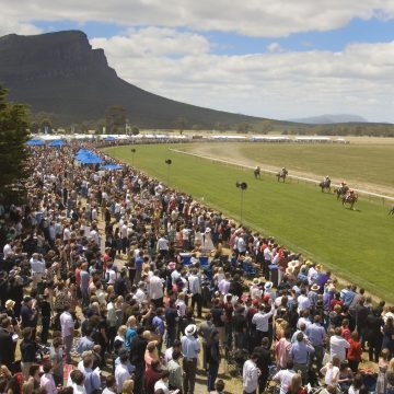 Dunkeld-Races-Crowd